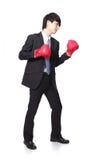 Geschäftsmannkampf mit Boxhandschuh Stockfoto