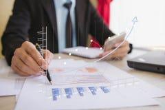 Geschäftsmannkontrollunternehmensgewinn Stockbilder