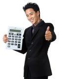Geschäftsmannlächeln und Griff-Taschenrechner Lizenzfreie Stockfotos