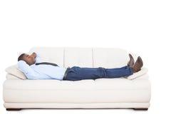 Geschäftsmannlügen schlafend auf Couch lizenzfreie stockbilder