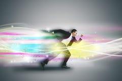 Geschäftsmannlaufen schnell und Technologiekonzept lizenzfreie stockfotografie