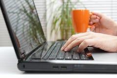Geschäftsmannlese-E-Mail und trinkender Tee Lizenzfreie Stockfotos