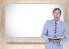 Geschäftsmannlesebuch mit weißem Brett Lizenzfreie Stockfotografie