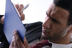 Geschäftsmannleute schreiben Formular und haben Problem zu Lizenzfreie Stockbilder