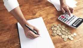 Geschäftsmannmünzentaschenrechner lizenzfreie stockfotos
