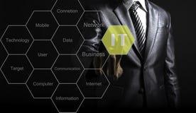 Geschäftsmannnote IT-Fachmann, der Tag-Cloud über Informationen darstellt lizenzfreie stockbilder