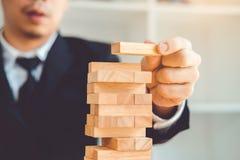 Geschäftsmannplan und -strategie beim Geschäft Domino-Effekt-Lösen von Problemen stockbild