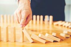 Geschäftsmannplan und -strategie beim Geschäft Domino-Effekt-Lösen von Problemen lizenzfreies stockbild