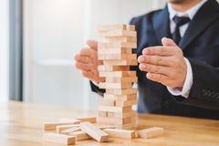 Geschäftsmannplan und -strategie in Geschäft Domino-Effekt Leadersh lizenzfreie stockbilder
