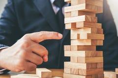 Geschäftsmannplan und -strategie in Geschäft Domino-Effekt Leadersh stockfotografie