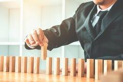 Geschäftsmannplan und -strategie in Geschäft Domino-Effekt Leadersh stockbild