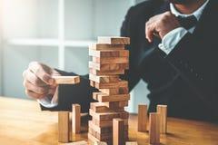 Geschäftsmannplan und -strategie in Geschäft Domino-Effekt Leadersh lizenzfreie stockfotografie