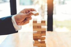 Geschäftsmannplan und -strategie im Geschäft Domino-Effekt-Problem stockfotografie