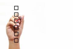 Geschäftsmannprüfungskennzeichen auf Checkliste mit Markierung über weißem Hintergrund lizenzfreie stockbilder