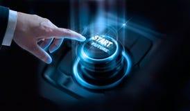 Geschäftsmannpresseanfangszukünftiger Knopf mit virtuellem Licht Lizenzfreies Stockfoto