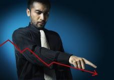 Geschäftsmannpunkt zu fallendem Diagramm lizenzfreies stockfoto