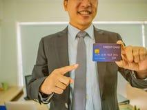 Geschäftsmannpunkt zur Kreditkarte lizenzfreie stockbilder