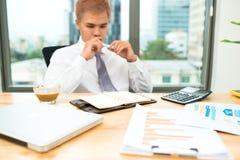 Geschäftsmannrechenbudgetzahlen, -rechnungen und -finanz Lizenzfreies Stockbild
