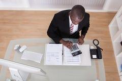 Geschäftsmannrechenfinanzierung Stockfoto