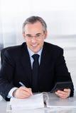 Geschäftsmannrechenfinanzierung im Büro Stockfoto