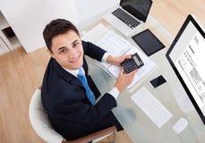 Geschäftsmannrechensteuer Lizenzfreies Stockfoto