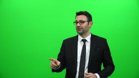 Geschäftsmannrede auf grünem Schirm stock footage