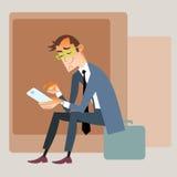 Geschäftsmannreisender sitzt auf der Tasche und liest Stockfotos