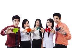 Geschäftsmannschreiben auf copyspace mit Team Lizenzfreies Stockfoto