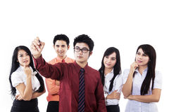 Geschäftsmannschreiben auf copyspace mit Team Stockbild