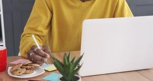 Geschäftsmannschreiben auf klebender Anmerkung am Schreibtisch stock footage