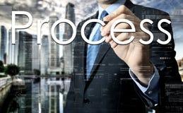 Geschäftsmannschreiben auf transparentem Brett mit Stadt im Hintergrund Lizenzfreie Stockbilder
