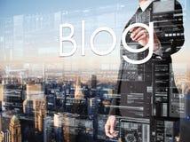 Geschäftsmannschreiben Blog auf transparentem Brett mit Stadt im backg Lizenzfreie Stockfotografie