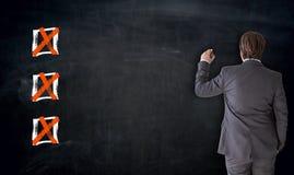 Geschäftsmannschreiben mit Checkboxkonzept auf Tafel stockfotos