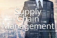 Geschäftsmannschreiben Versorgungskette-Management auf transparentem Brett Stockbilder