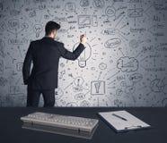Geschäftsmannschreibens-Strategieplan auf Wand Lizenzfreie Stockfotos