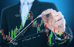 Geschäftsmannschreibensdiagramm Stockfoto
