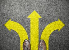Geschäftsmannschuhe stehen, um Weise zum Erfolg zu wählen lizenzfreies stockfoto