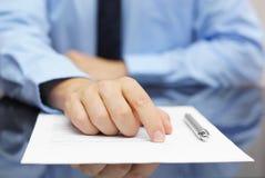 Geschäftsmannshowkunde, wo man unterzeichnet Lizenzfreies Stockfoto