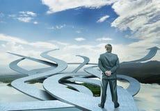 Geschäftsmannstände, die seine Weise wählen Lizenzfreies Stockfoto