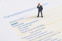 Geschäftsmannstand auf der Bilanz Lizenzfreie Stockfotos
