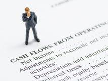 Geschäftsmannstand auf Finanzberichten Lizenzfreie Stockfotografie