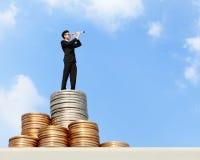 Geschäftsmannstand auf Geld Stockfotografie