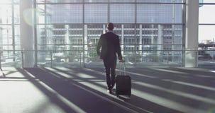 Geschäftsmannstellung mit Gepäck in der Lobby im Büro 4k stock video footage