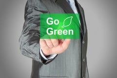 Geschäftsmannstoß-Touch Screen gehen Knopf grüner Stockfoto