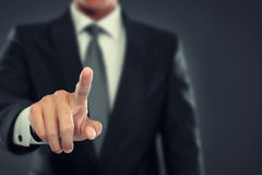 Geschäftsmannstoß zum virtuellen Schirm Lizenzfreies Stockbild
