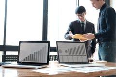Geschäftsmannteamwork-Sitzung über Brainstorming Lizenzfreie Stockfotografie
