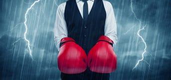 Geschäftsmannverpacken im Regen Stockbilder