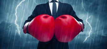 Geschäftsmannverpacken im Regen Lizenzfreie Stockbilder