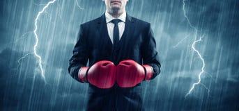 Geschäftsmannverpacken im Regen Stockfotos