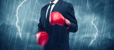 Geschäftsmannverpacken im Regen Lizenzfreies Stockbild